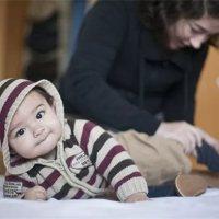 宝宝七个月坐不稳,八个月还不会爬,是发育迟缓吗?