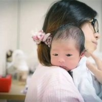 """別把寶寶抱成""""歪脖子"""",不同月齡寶寶有不同抱法!"""
