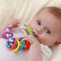 宝宝为什么老是扔东西?家长这样做,可以促进智力发展!