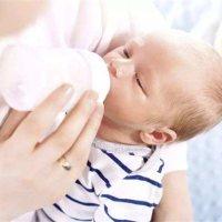 宝宝一言不合就溢奶吐奶,减少这种情况要这样做!