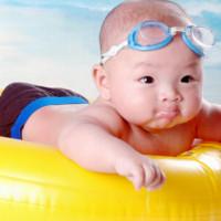 宝宝游泳好处多多,家长们注意啦!